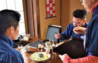 店オリジナルの甘めのみそが特徴のじゃじゃ麺。障害があるスタッフ(右)が生き生きと働いている