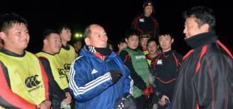 古豪復活を目指し、選手たちにアドバイスする高橋正栄コーチ(中央)。右端は伊藤卓監督=北上市・黒沢尻工高グラウンド