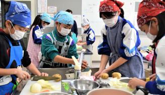 協力してカレーライスを調理する滝沢小と鵜飼小の児童