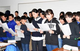 感謝の思いが詰まった歌「ありがとうの手紙」を練習する児童生徒