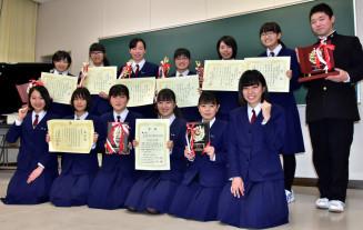 研究発表大会と簿記の大会での好成績を喜ぶ水沢商高の生徒たち