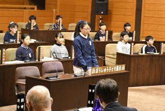 奥州市の名前の由来などを小沢昌記市長に質問する女子児童