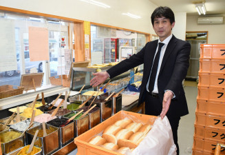 「先代の思いを守っていきたい」とコッペパン売り場に立つ福田潔社長