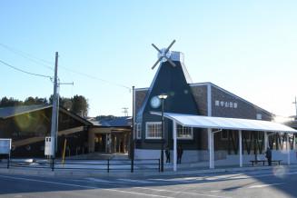 完成した陸中山田駅の駅舎。オランダ風車がシンボルマーク