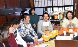 高校生らと海外留学経験者との交流の場を企画した本宮和昌さん(右から2人目)