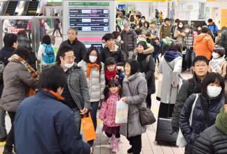 帰省客で混み合う東北新幹線の改札口付近。久しぶりの再会に笑みが広がった=29日、盛岡市・JR盛岡駅