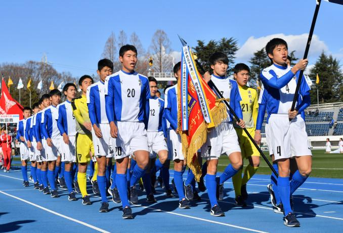 青空の下、元気よく行進する遠野の選手たち=東京・駒沢陸上競技場