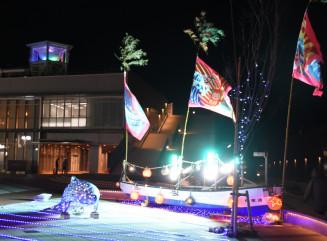 メイン会場となる大船渡町の市防災観光交流センター。大漁旗がなびく船にサンマ船の集魚灯がまぶしい。隣のかもめテラスも会場