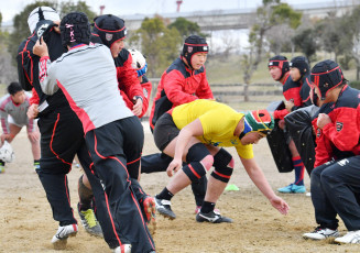ブレイクダウンの練習を繰り返す黒沢尻工の選手たち=大阪市・南港中央公園