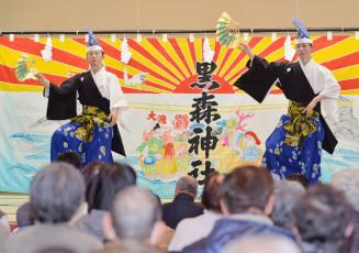 黒森神楽の舞い初めで神楽を披露する舞い手(2018年1月3日)