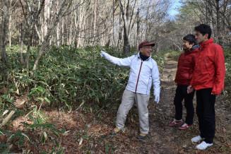遠野、釜石の市境の峠で現地調査する(左から)大橋進さん、富川岳さん、熊谷航さん