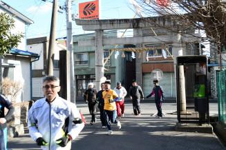 横山八幡宮で参拝し、元気に市内を走る参加者ら