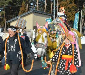 鈴の音を鳴らしながら神社付近をパレードする馬コ
