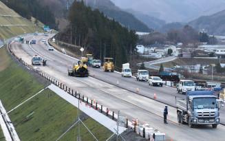 開通に向けて整備が進む釜石花巻道路=釜石市甲子町