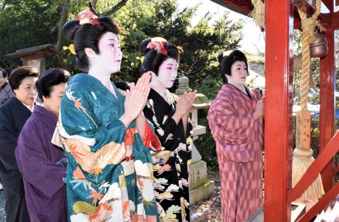 芸の上達を願い、阿国稲荷神社で手を合わせる盛岡芸妓たち