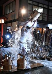 勢いよく水をかぶり身を清める参加者