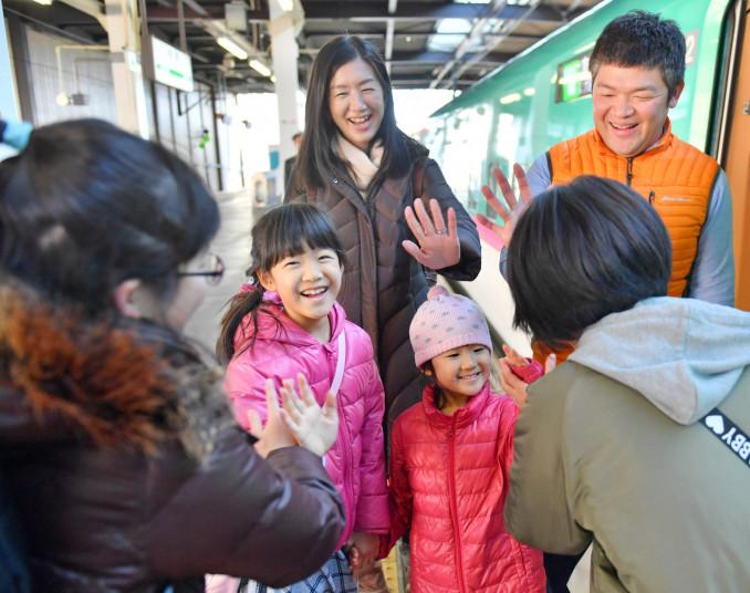 新幹線ホームで別れのあいさつを交わす家族連れ=3日、盛岡市・JR盛岡駅