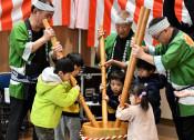 歌に合わせ餅つき挑戦 陸前高田で一関の団体