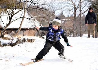 竹スキーに挑戦する子ども。バランス感覚をつかむと楽しさが倍増する
