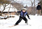 昔ながらの竹スキーに挑戦 遠野、2月末まで雪遊びイベント