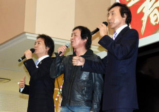 大槌への愛を込めた「帰郷」を披露するみち乃く兄弟の前川弘至さん(左)、仁志さん(右)兄弟と作詞作曲した新沼謙治さん