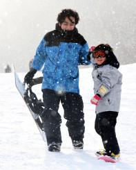 スノーボードを楽しむ利用者