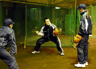 実演しながら守備を指導する木立章成さん(中)