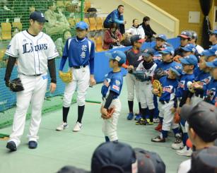 小学生に投球フォームを熱心に指導する菊池雄星投手