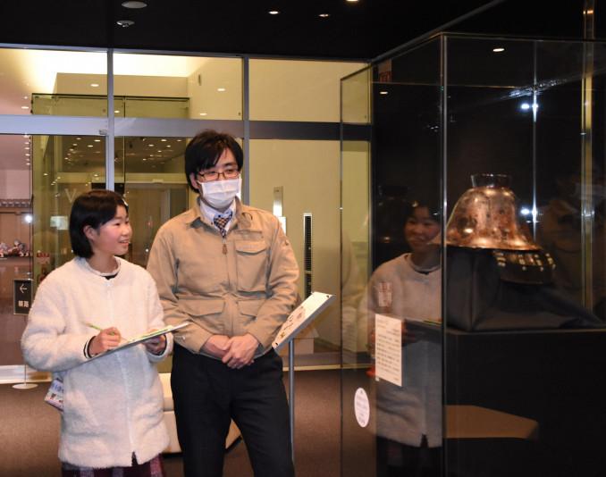 南部家の歴史について説明を受ける桜田千夏さん(左)