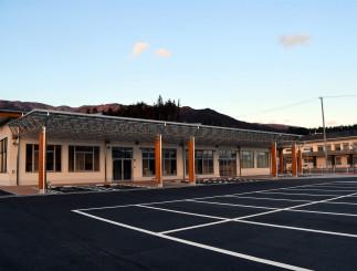 高台に開所した市保健福祉総合センター。奥は県立高田病院