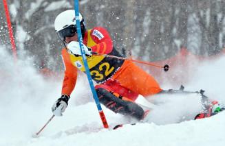 男子回転 2回目で逆転し、初優勝を果たした阿部健汰(東経大)=八幡平市・八幡平リゾート下倉スキー場