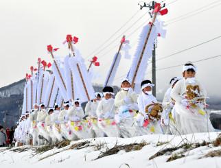 厳しい寒さの中、八坂神社に向けて歩みを進める子どもたち=8日、八幡平市平笠