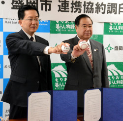 野球ボールを手に新野球場整備へ連携を確認する達増知事(左)と谷藤裕明市長