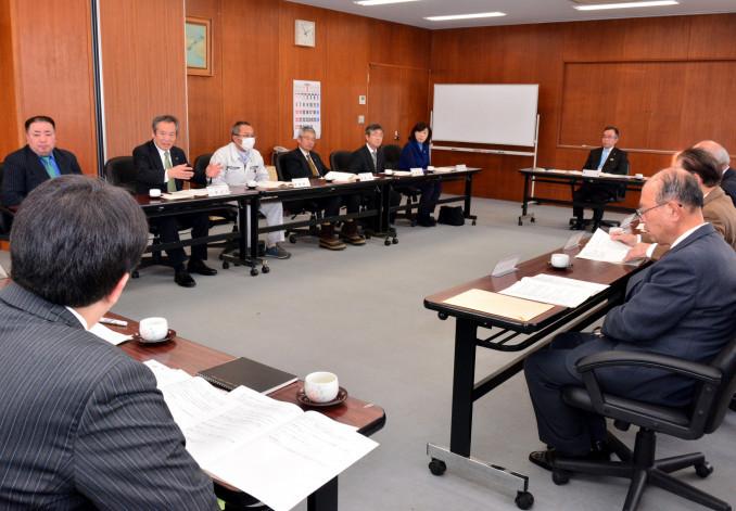 クライペダ市への親善使節団派遣計画について意見を交わす委員