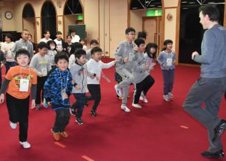 ゲームで英語に親しむ九戸村の小学生