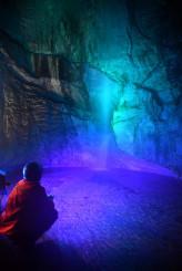 青の光りに照らされ、神秘的な滝が浮かび上がる滝観洞=9日、住田町上有住