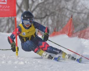 女子大回転K2 2回目に順位を上げ、2連覇を果たした吉田朱里(久慈中)=八幡平市・八幡平リゾート下倉スキー場