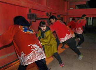 西宮神社の「開門神事福男選び」で開門の門押さえ役を務めた阿部美由紀さん(左から2人目)=10日午前、兵庫県西宮市