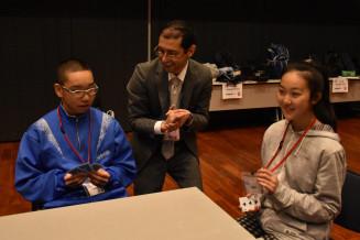 英語で会話しながらカードゲームに取り組む中学生