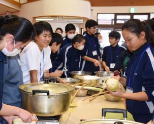 協力しながらひっつみ作りに挑戦する北中城中の生徒たち