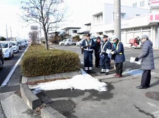 男児が犠牲になった事故現場の交差点周辺の環境を確認する参加者