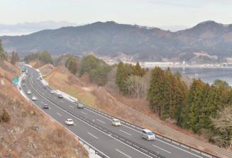 開通した釜石山田道路の大槌IC-山田南IC間。物流や観光、医療などの環境が大きく向上する=12日、山田町船越