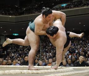 錦木(左)が上手投げで豪栄道を破る