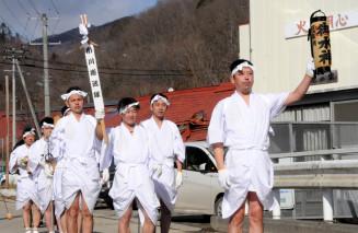無病息災の口上を唱え、地域を巡る白装束姿の男衆。台風10号豪雨からの地域再生も期した=13日、岩泉町門