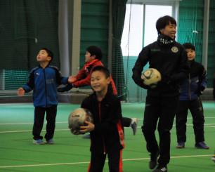 岩清水梓選手の指導でサッカーを楽しむ子どもたち