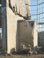 重機で一部が壊された大槌町旧役場庁舎の金庫室=16日、同町新町