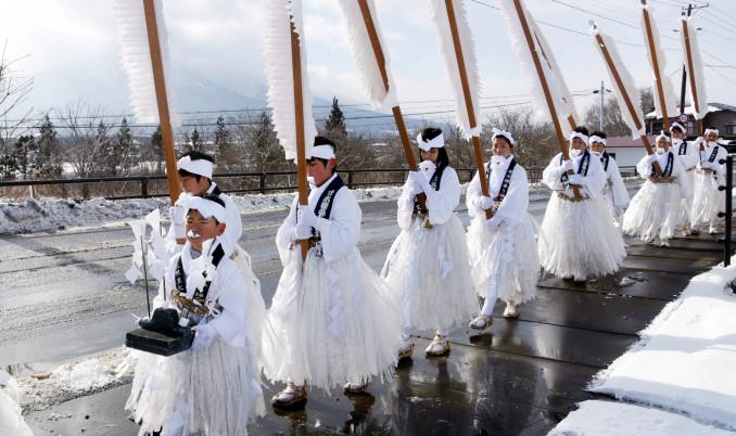 白装束姿で天照皇大神宮までの道のりを歩く寄木裸参りの参加者