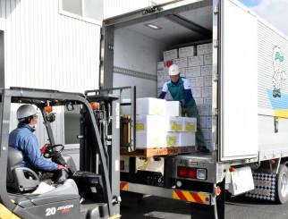 カナダへの本格出荷のためトラックに詰め込まれる県産リンゴ