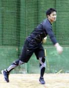 「首位打者」銀次が挑む 沖縄で練習公開