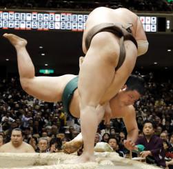錦木(奥)が上手投げで白鵬に敗れる=両国国技館